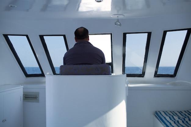 Mann, der ein boot steuert