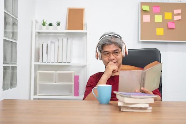 Mann, der ein buch liest und musik hört