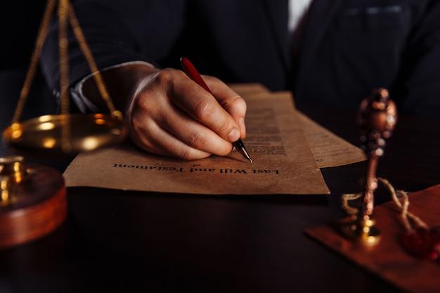 Mann, der ein dokument des letzten willens und des testaments unterschreibt