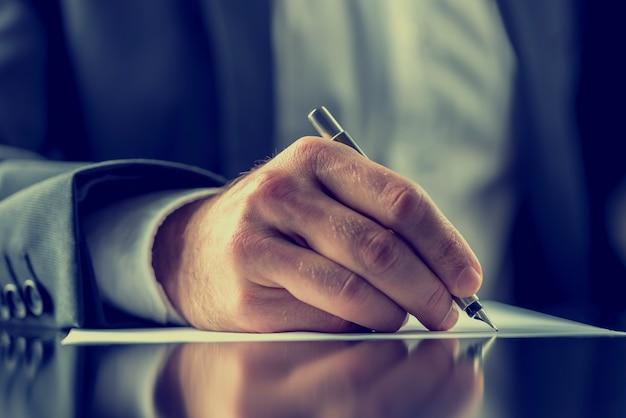 Mann, der ein dokument unterschreibt oder korrespondenz schreibt