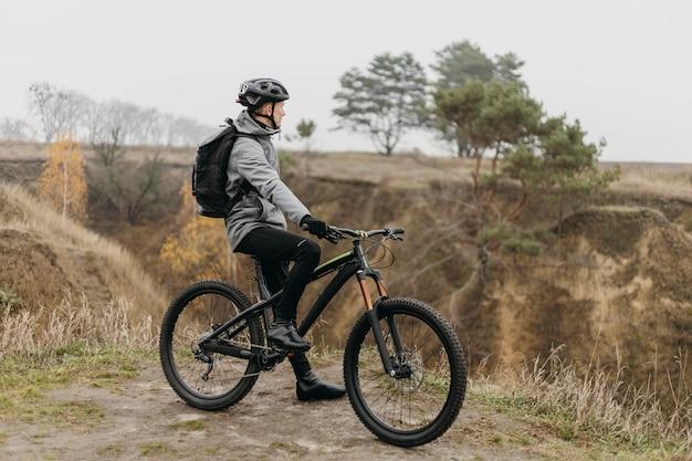 Mann, der ein fahrrad auf bergweg reitet