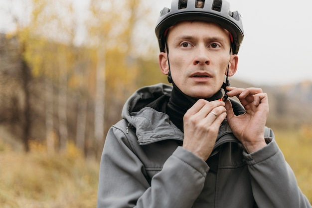 Mann, der ein fahrradhelmkonzept trägt