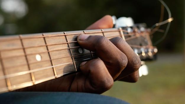 Mann, der ein instrument am internationalen jazz-tag spielt Kostenlose Fotos
