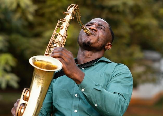 Mann, der ein instrument am internationalen jazz-tag spielt