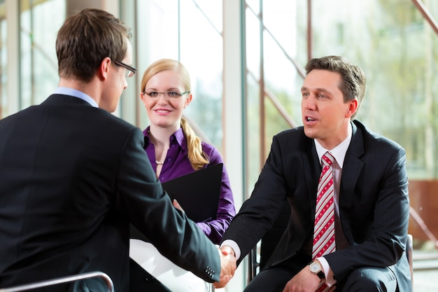 Mann, der ein interview mit manager- und partnerbeschäftigungsjob hat