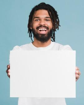 Mann, der ein leeres zeichen hält