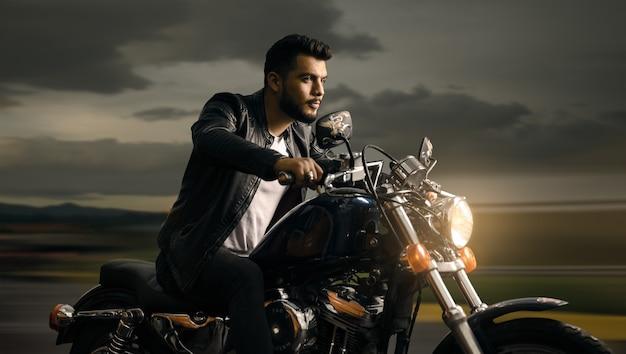 Mann, der ein motorrad fährt