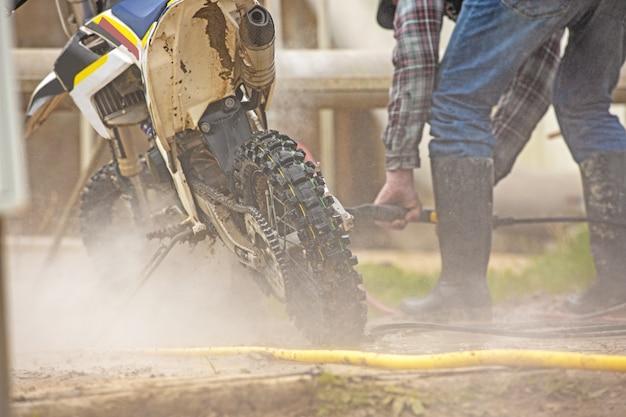 Mann, der ein motorrad säubert
