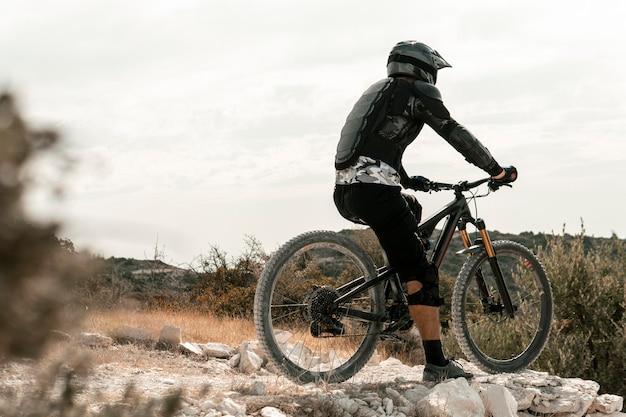 Mann, der ein mountainbike reitet