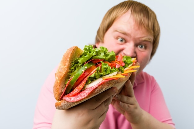Mann, der ein riesiges sandwich hält