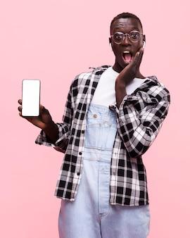 Mann, der ein smartphone hält