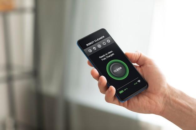 Mann, der ein smartphone mit einer hausautomatisierungs-app hält