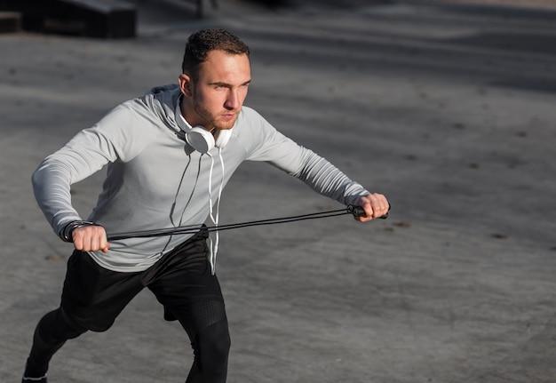 Mann, der ein springendes seil für training verwendet