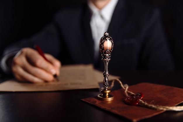 Mann, der ein testament des letzten willens und des testaments im notar unterschreibt
