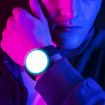 Mann, der ein tragbares smartwatch-gerät trägt
