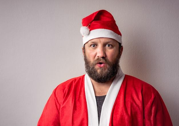 Mann, der ein weihnachtsmannkostüm auf grau trägt