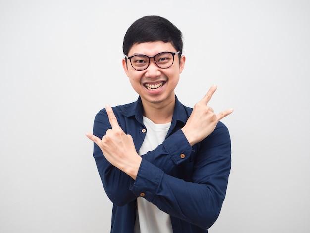 Mann, der eine brille trägt, macht die hände rocker, die glücklichen weißen hintergrund fühlen