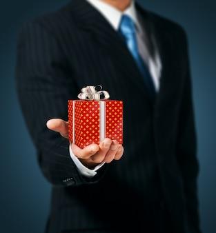 Mann, der eine geschenkbox hält