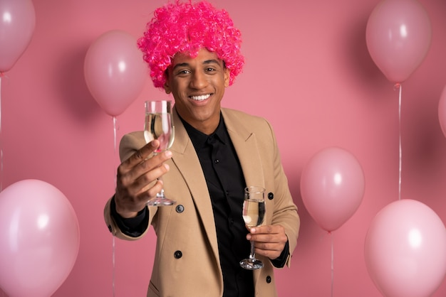 Mann, der eine lustige perücke auf einer party trägt