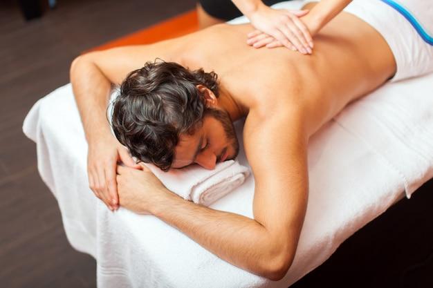 Mann, der eine massage hat