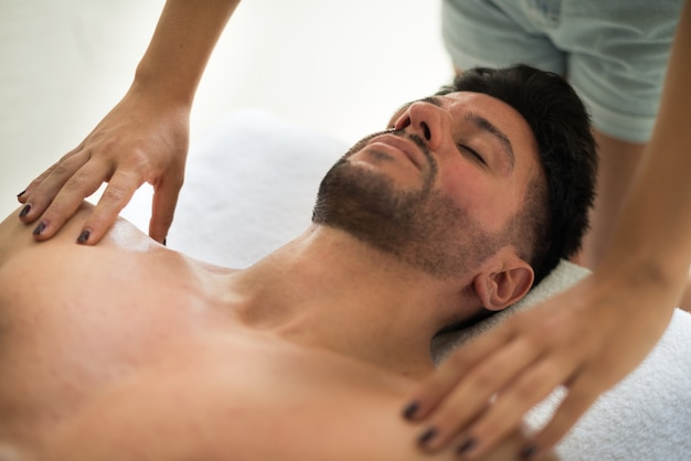 Mann, der eine massage in einer wellnessmitte hat