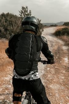 Mann, der eine mountainbike-rückansicht reitet