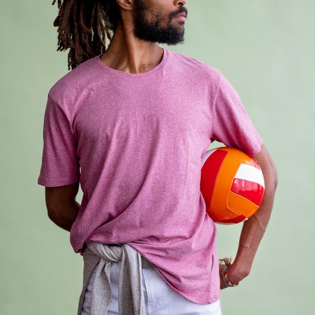 Mann, der einen basketball hält