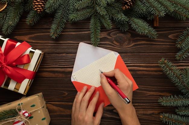 Mann, der einen brief an den weihnachtsmann mit wünschen für weihnachten schreibt