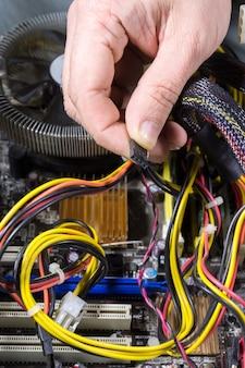 Mann, der einen computer repariert