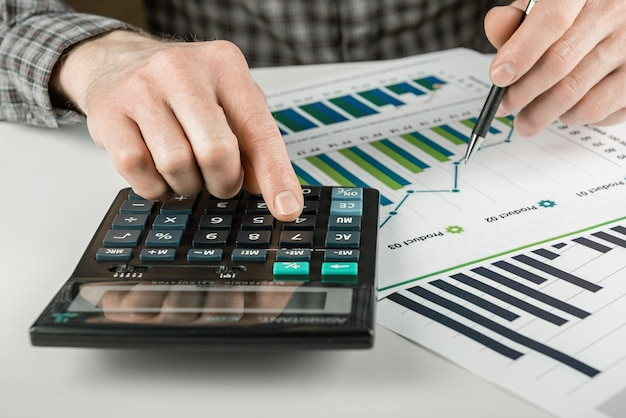 Mann, der einen finanzbericht analysiert