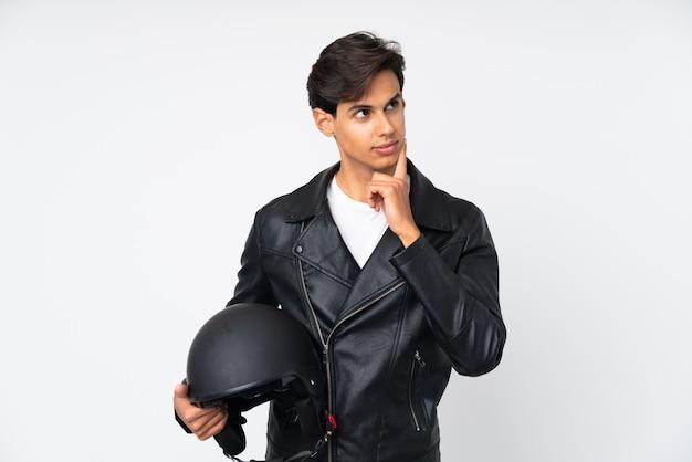 Mann, der einen motorradsturzhelm denkt eine idee hält