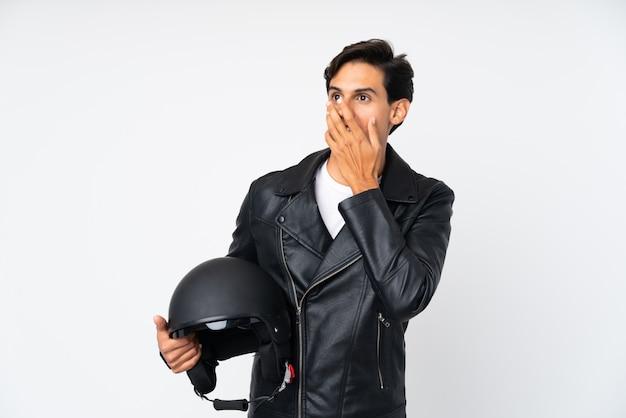 Mann, der einen motorradsturzhelm mit überraschungsgesichtsausdruck hält