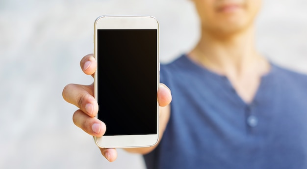 Mann, der einen smartphone in seiner hand hält.