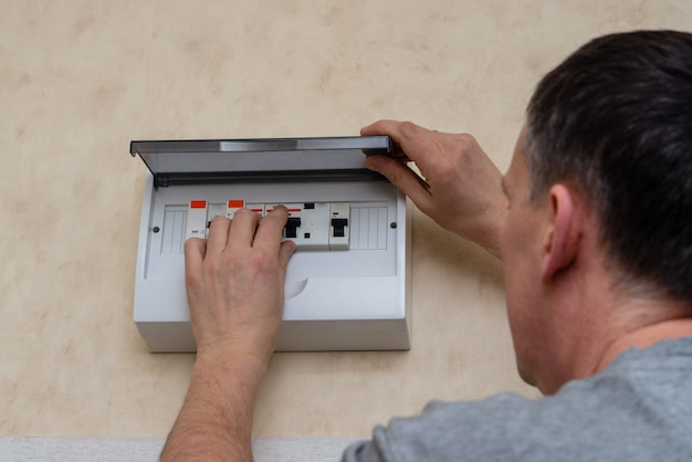 Mann, der elektrische platine zu hause repariert