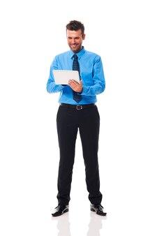 Mann, der etwas auf seinem tablett überprüft