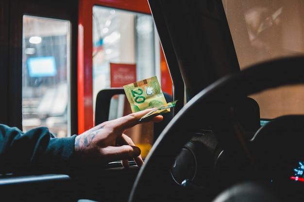 Mann, der euro-banknote übergibt