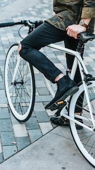 Mann, der fahrrad fährt