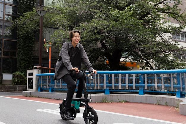 Mann, der fahrrad in der stadt fährt