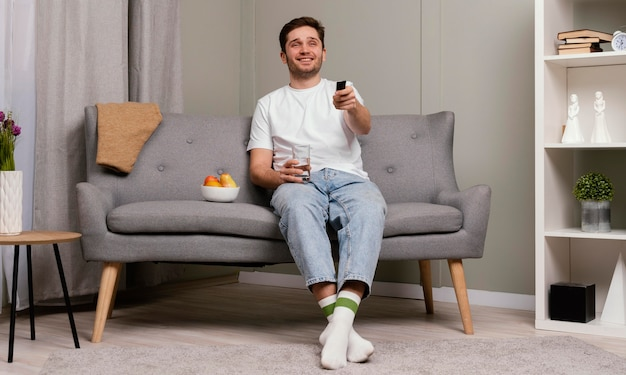 Mann, der fernsieht und popcorn isst