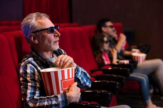 Mann, der film im kino aufpasst