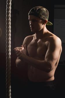 Mann, der fitness-seil-kletterübung im fitness-gym-training tut