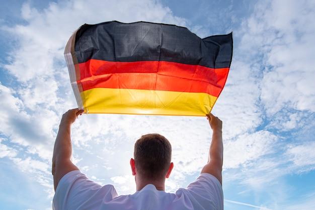 Mann, der flagge von deutschland hält, konzeptbild