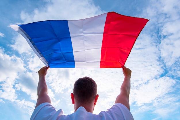 Mann, der flagge von frankreich, konzeptbild hält