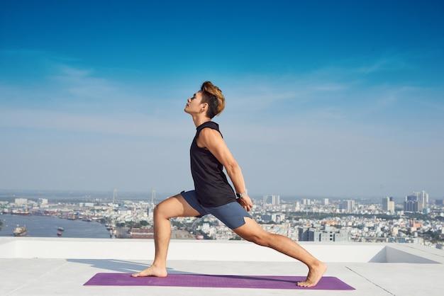 Mann, der fortgeschrittenes yoga praktiziert. eine reihe von yoga-posen. lifestyle-konzept.