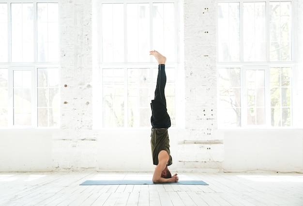 Mann, der fortgeschrittenes yoga praktiziert