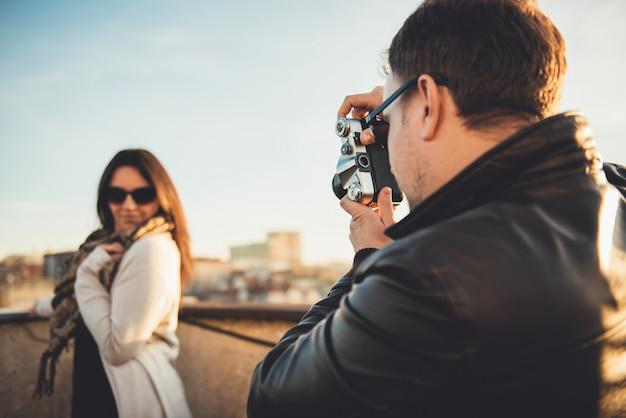 Mann, der foto mit kamera macht