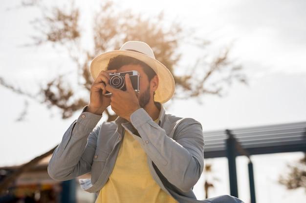 Mann, der fotos an einem sonnigen tag macht