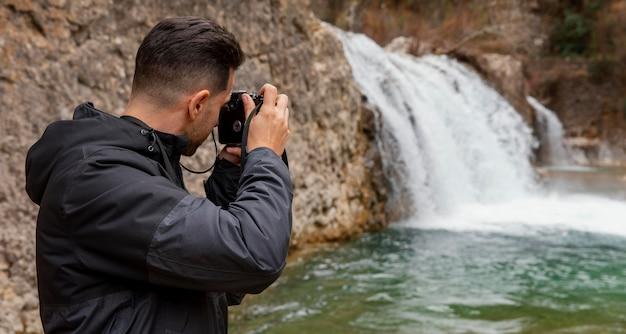 Mann, der fotos der natur macht