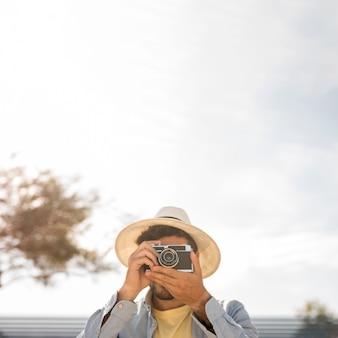 Mann, der fotos mit kopienraum macht