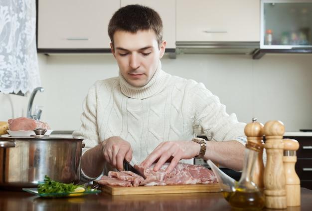 Mann, der französisches fleisch kocht